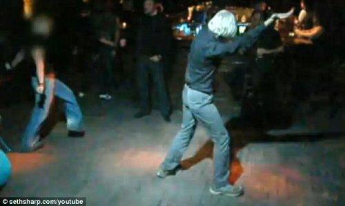维基解密创办人阿桑奇被指舞盲 舞姿如跳大神
