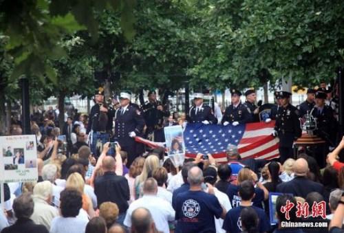 纽约世贸中心遗址纪念广场举行隆重悼念活动,为在2001年9月11日恐怖袭击事件中的遇难者默哀和追悼。