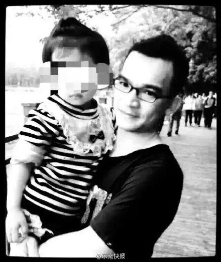 福建1名记者在台风中挪车被围墙掩埋身亡
