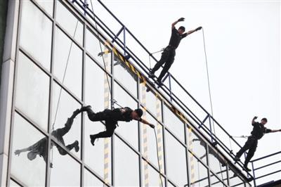 北京特警1分钟攀28米高墙 曾处置王府井劫持人质案