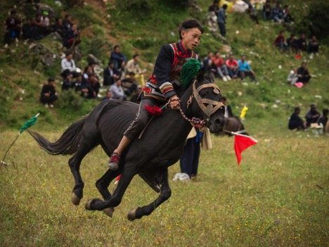 获胜的年轻骑手。