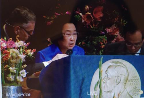 屠呦呦在瑞典发表演讲 穿宝蓝色上衣精神矍铄