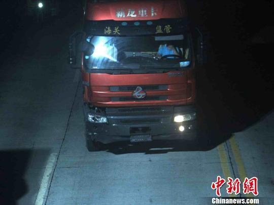 监控视频中,肇事司机有意用手遮挡脸部。潘潞昕 摄