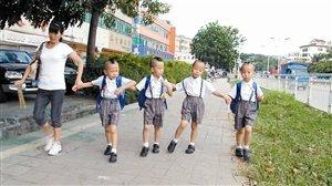 四胞胎一起上小學 剃數字頭便于老師區分(圖)