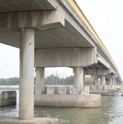 高清图—上海松江的松蒸公路斜塘大桥被撞 桥墩开裂或坍塌