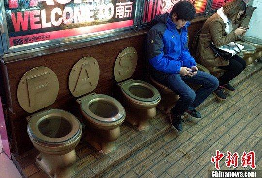 """南京一商场提供""""马桶""""型座椅供市民歇脚"""