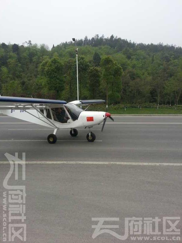 飞机在降落到公路上后,还往前滑行了一段距离,然后拐进了路边的加油站。