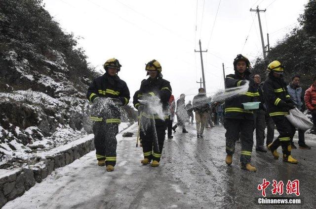 贵州公路雪凝千名乘客滞留 油罐车遇险悬在半空