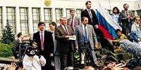 叶利钦站在被包围的俄罗斯议会大厦外面一辆坦克顶上演说