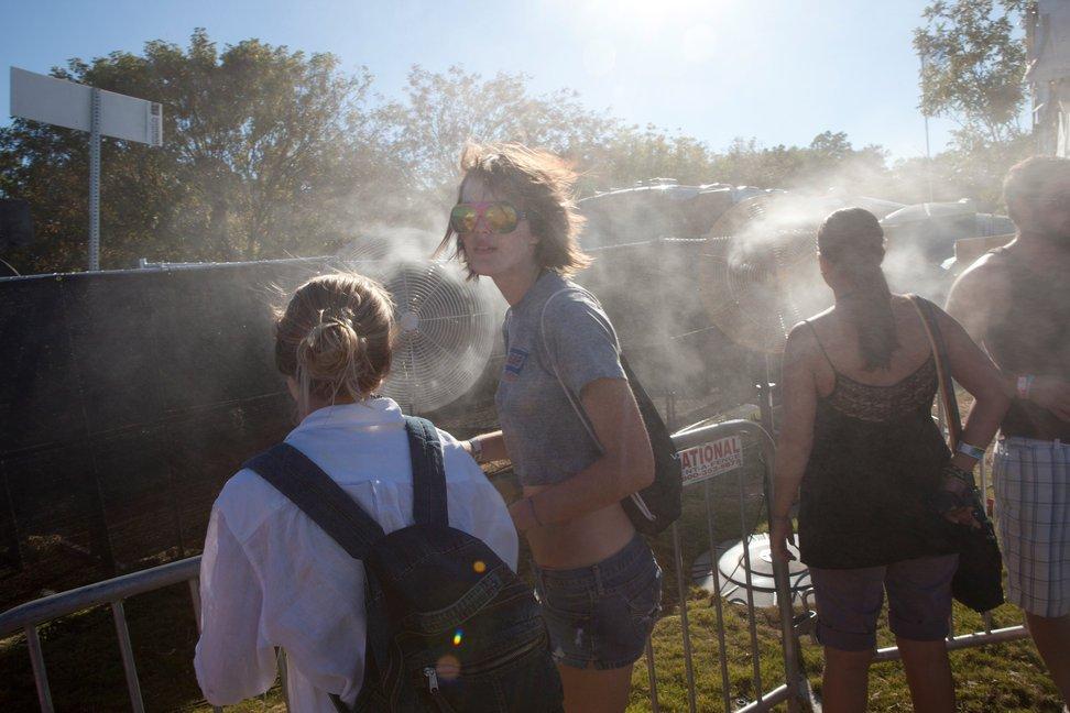 当地时间2010年10月9日,美国德克萨斯州奥斯汀,高三学生Elizabeth Wruck(左二)参加奥斯汀城市极限音乐节。