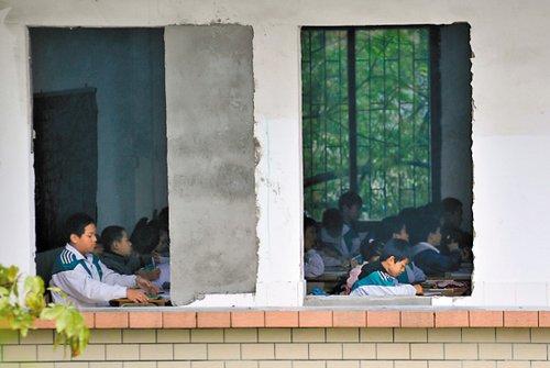 广州一所中学教室无门窗 校长称挫折教育(图)