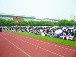 重庆一中学900多名高中生毕业典礼跪拜老师