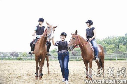 三名女生成首批赛马硕士 尚未毕业已就业(图)