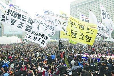 韩国数万民众游行反对G20 警方逮捕数名大学生