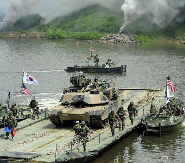 韩美联合演练中一辆坦克从桥上坠下 一名韩国军人丧生