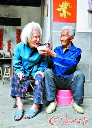 101岁老夫妇已结婚75年 丈夫每日喂食妻子(图)