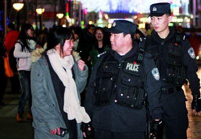 公安部副部长被市民要求合影:该跟帅哥特警合影