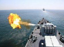 中国海军战舰进行实弹射击