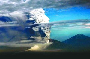 印尼火山喷发3小时致78人死亡 130万居民转移