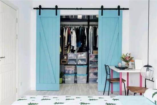 淡蓝色的谷仓门可不只是装饰,它其实还是衣帽间的门,这样的设计将图片