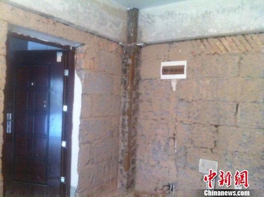 太原一住宅楼交房四年未验收 砌砖砂浆与土块相似 高清图片