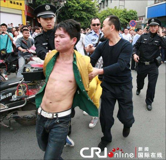 四川绵阳失恋男子持刀挟持路人 两民警被刺伤
