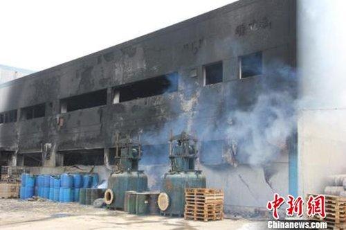 火灾发生后,南通维立科化工有限公司成品仓库被烧得漆黑一片.