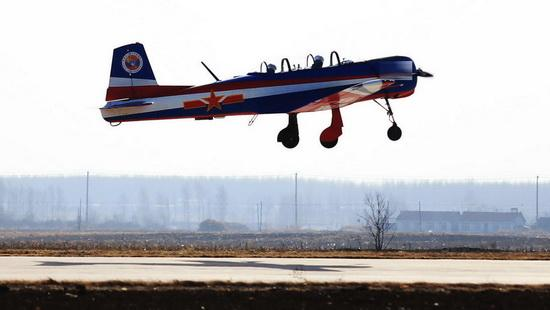 空军首次组织的飞行少年军校学员体验飞行