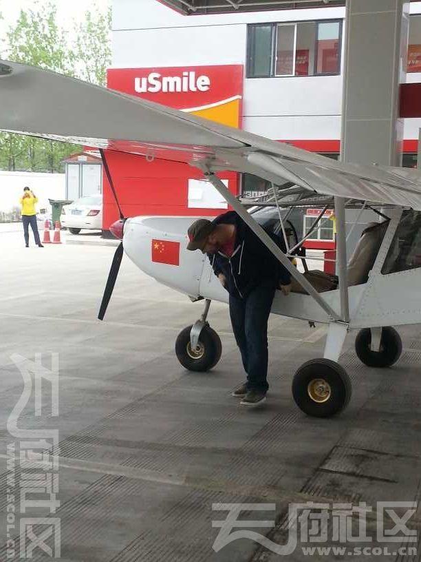 一架飞机降落在四川北川马路上 拐进加油站加油