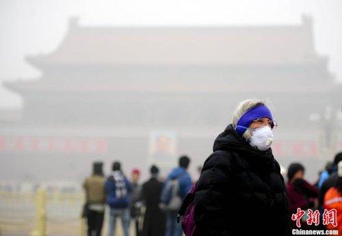 记者直击:京城雾霾散沙尘来 空气质量持续降低