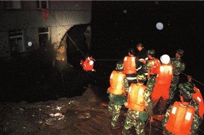 四川阿坝州茂县突发泥石流 27人获救8人失踪