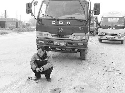 武汉黄陂车管所排队2公里 司机车上过夜为年审