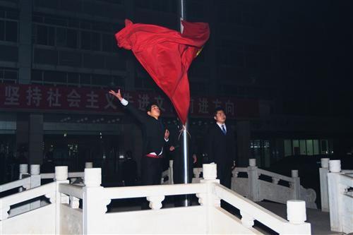 江西一高校组织元旦凌晨升旗遭质疑 称30年传统