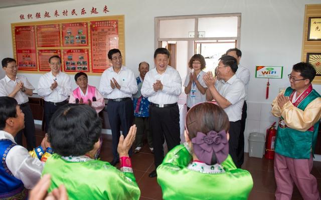 习近平考察吉林延边 盘腿而坐与朝鲜族老乡拉家常
