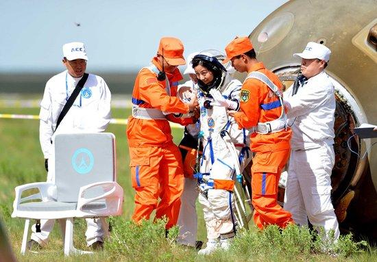 神舟十号航天员飞抵北京 将进入医学隔离期