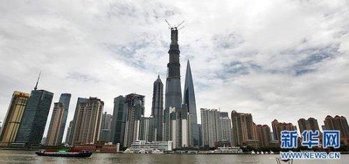 """中国在建第一高楼""""上海中心""""结构封顶建成后的""""上海中心""""将改写陆家嘴地区的天际线(8月3日摄)。新华社记者 裴鑫摄"""