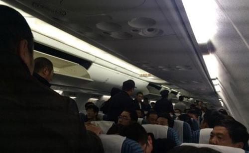 """4女子航班上互殴""""扯头发""""被带走 含80后60后"""