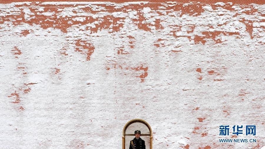 罗斯首都莫斯科克里姆林宫红墙外的无名烈士墓站岗.当日,莫斯
