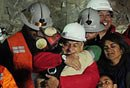 智利矿工升井与总统拥抱