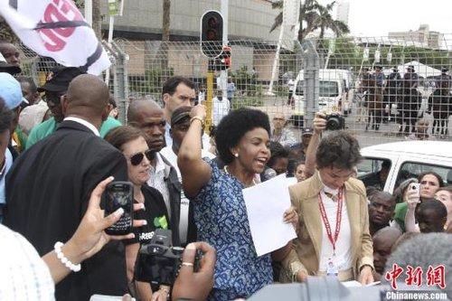环保人士当地时间3日下午在南非德班游行。德班气候大会主席、南非国际关系与合作部部长迈特·恩科阿纳·马沙巴内中,挥手者在游行现场呼吁,各国必须马上采取行动,完成会议应有任务。中新社发 周锐 摄