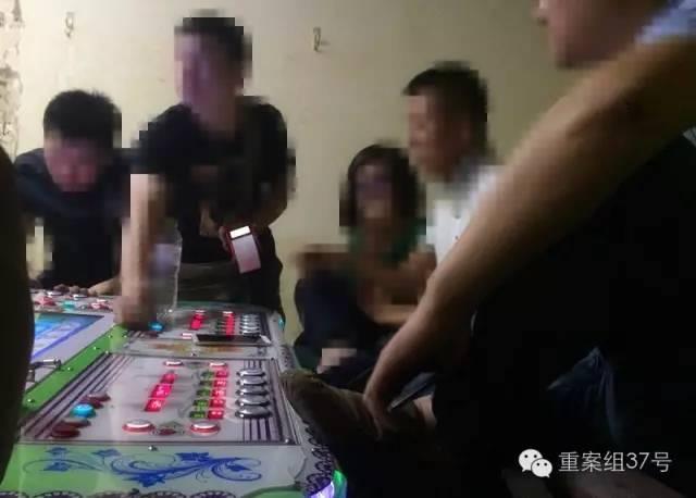 6月28日,回龙观西大街某游戏机厅,游戏机厅的工作人员拿着pos机为一男子刷卡,男子充了数千元之后开始游戏。