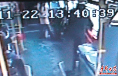 8岁女童公交上大骂老人痴呆被乘客连扇耳光