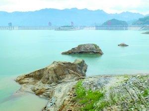 23日,三峡水库坝前水位降至152.95米,库底山岩露出水面。