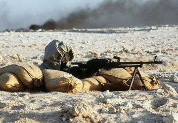 资料图:海湾战争期间,一名穿戴防化装备的叙利亚士兵.-美国拟派图片