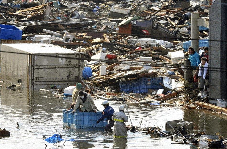 组图:日本居民在操场上拼出SOS字样等待救援