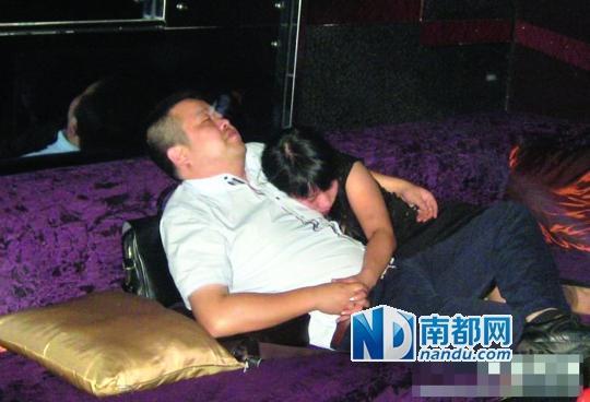 苏州官员KTV拥黑衣女亲密照曝光 纪委调查