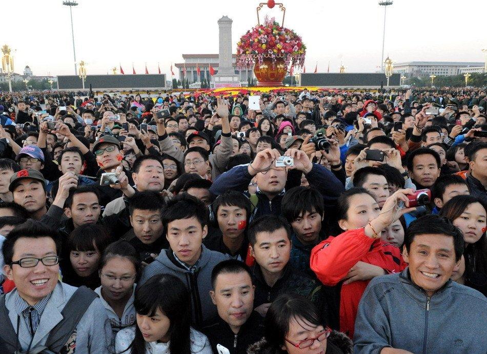 观看_组图:天安门广场8万人观看升国旗仪式