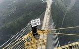玩的就是心跳!他爬上世界最高桥向女友求婚
