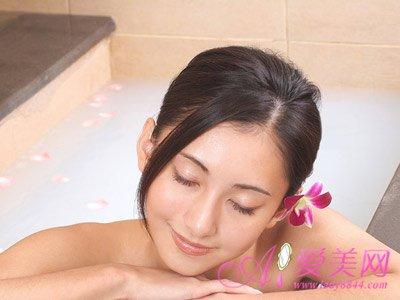 美女裸身阴道刮�_泡温泉致阴道炎 冬天泡温泉的注意事项