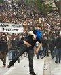 雅典数万示威者冲击国会大楼